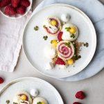 desserttallrik med hallonrulltårta och citroncheesecake