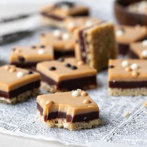 havrerutor med chokladkola och salt karamelltopping-3