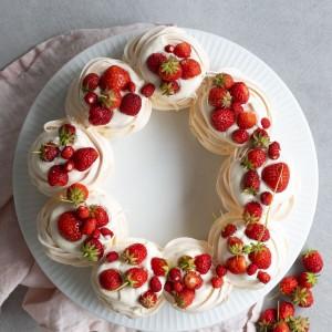 pavlovakrans med jordgubbar och smultron-1