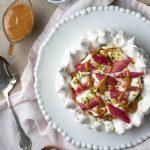 rabarberpavlova med kolasas och pistage-2